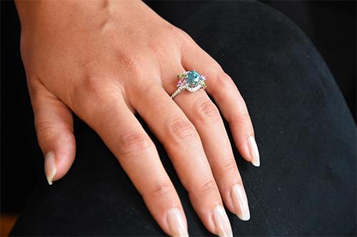 Spring Bague or gris, zircon bleu, tourmalines roses, péridots et diamants