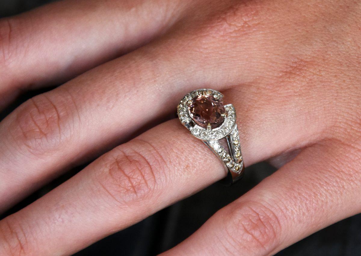 Anastasia Bague or gris 18 carats tourmaline cuivrée et diamants en dégradé du bruns au blanc