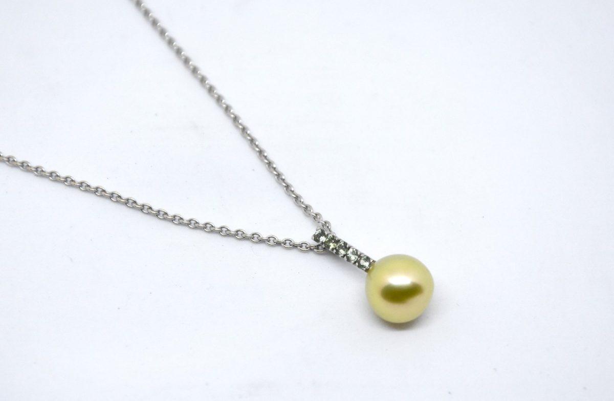 Green pearl collier en or gris serti de saphirs verts et d'une perle gold à reflets verts